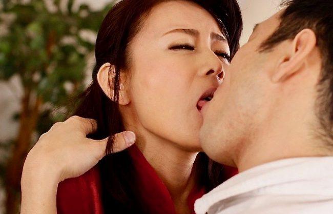 <三浦恵理子>甥の激しい接吻に心奪われ、自ら舌先絡める人妻ww