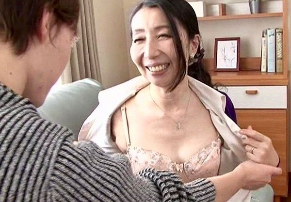 *楠由賀子*長男棒と次男棒を受け入れる熟女母!