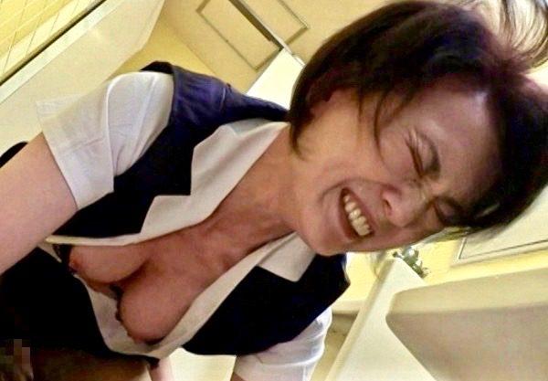 *熟女* 色情ババアOLをトイレの中で強制ファックww