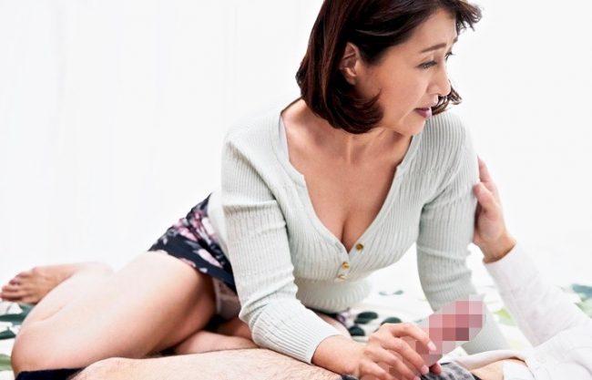 *小田しおり*息子の友人のチンポでお股を濡らしてしまった熟女母ww尻突き出しておねだりセックスww