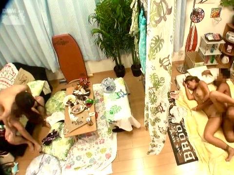*ナンパ*「隣でもエッチしちゃってる!!」コソコソHして隣の部屋にいるガードの堅い女友達も一緒に寝取りファックww
