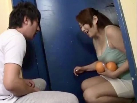 *人妻*谷間とパンチラを見せつけられ、つい勃起!!男は耐え切れず…玄関先で寝取りファックww